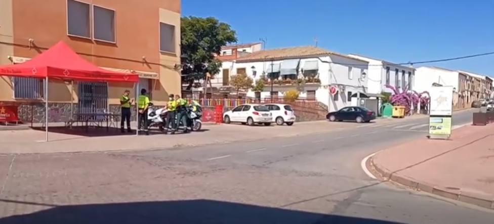 Puesto de control de la Guardia Civil en Llera (Badajoz), localidad aislada socialmente. Foto: EuropaPress