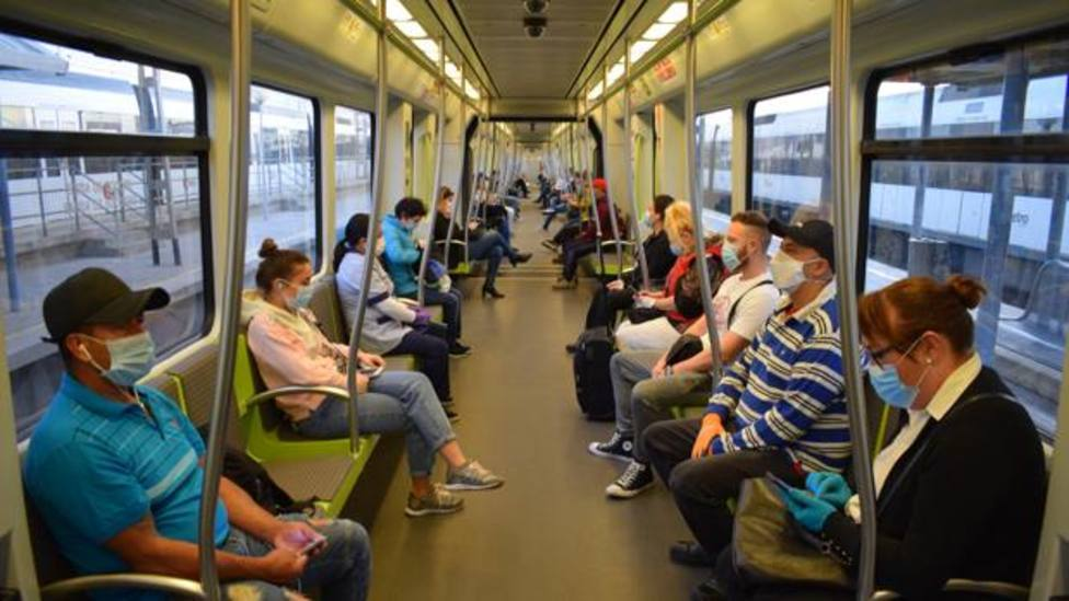 Usuarios del Metro con mascarilla