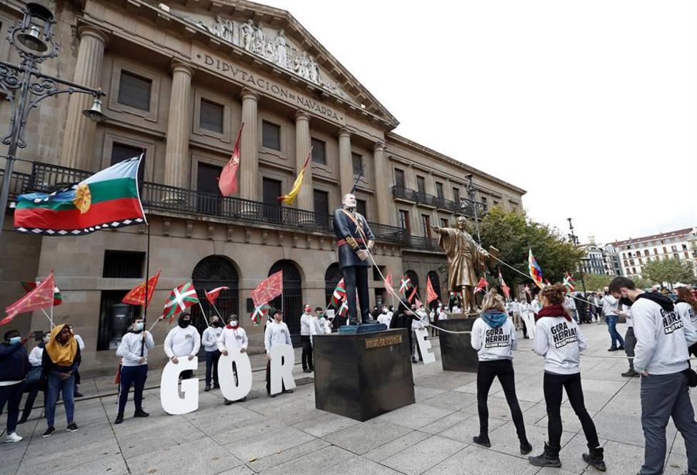 Derriban estatuas de Colón y de Felipe VI en Pamplona