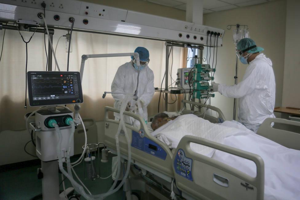 Foto de archivo de dos sanitarios y paciente en una zona de coronavirus - FOTO: Europa Press
