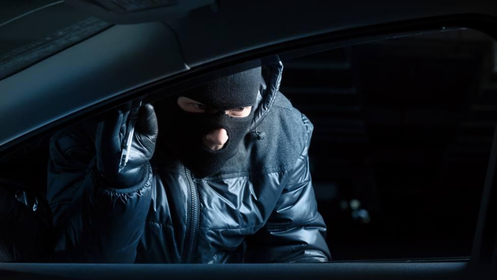 Recreación de un ladrón de vehículos en la noche