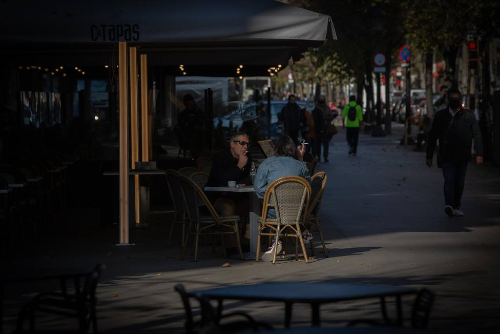 Varias personas en una terraza en Barcelona