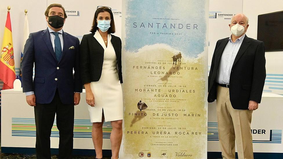 José María Garzón, Gema Igual e Indalecio Prieto junto a los carteles de Santander