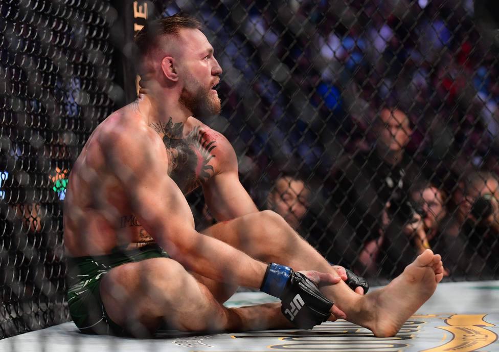 McGregor se resiente tras fracturarse la tibia izquierda.