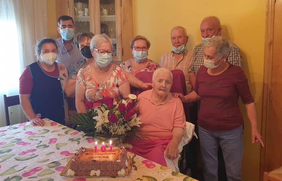 Dolores Rodríguez Blanco acompañada de su familia