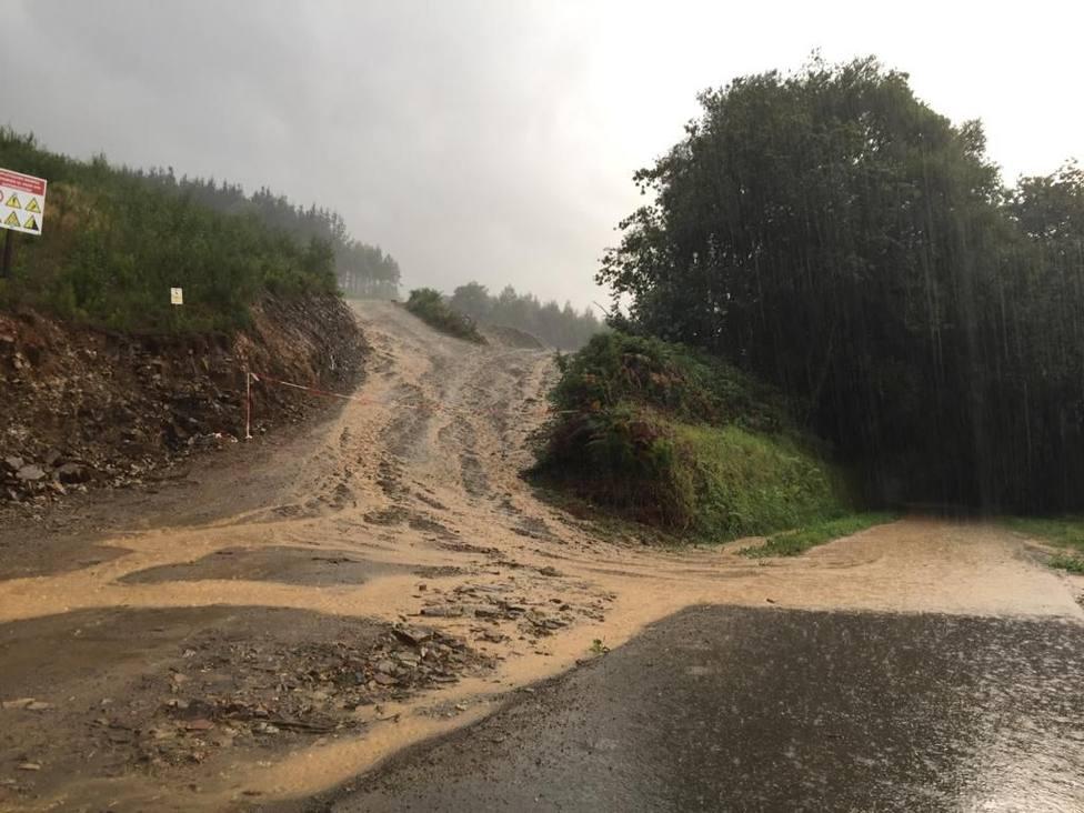 El agua procedente de la cantera llega al vial arrastrando gran cantidad de tierra - FOTO: Cedida