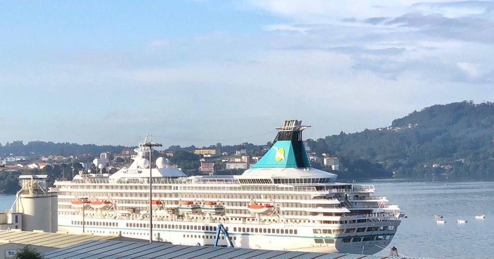 El buque Artania atracado este martes en el muelle de Curuxeiras
