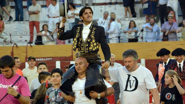 Diego Ventura en su salida a hombros este jueves en la plaza de Guadalajara