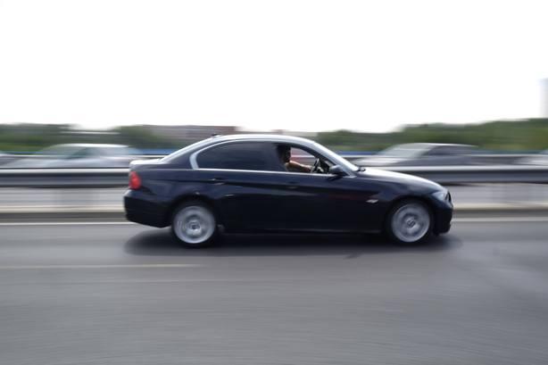 Si tienes un coche oscuro deberías conocer este consejo de la Guardia Civil