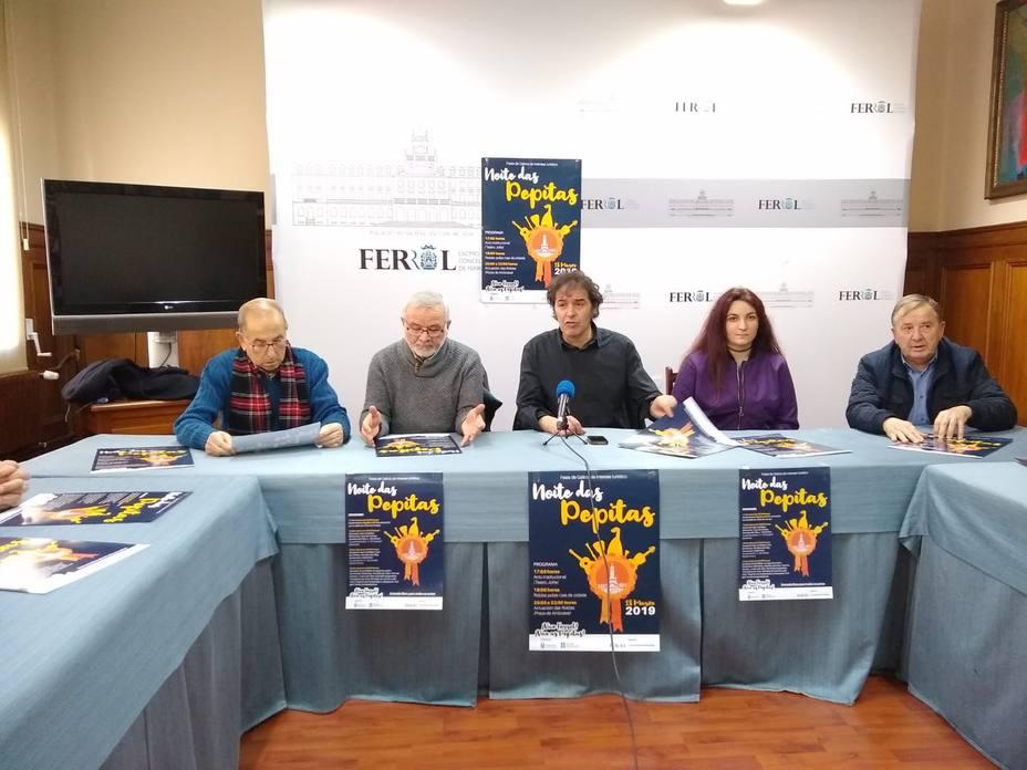 Suso Basterrechea acompañado de representantes de la rondallas de Ferrol