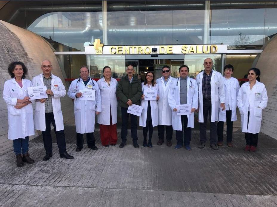 Miles de médicos se manifiestan para protestar por la situación de la Atención Primaria, según sindicatos