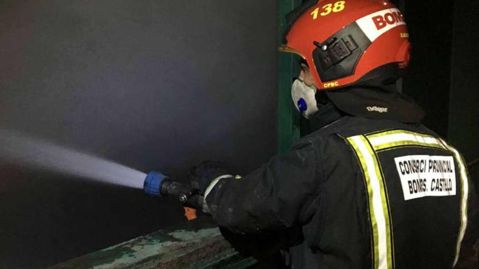 Intenso trabajo de los bomberos en el incendio de una planta de reciclaje en Cervera del Maestre