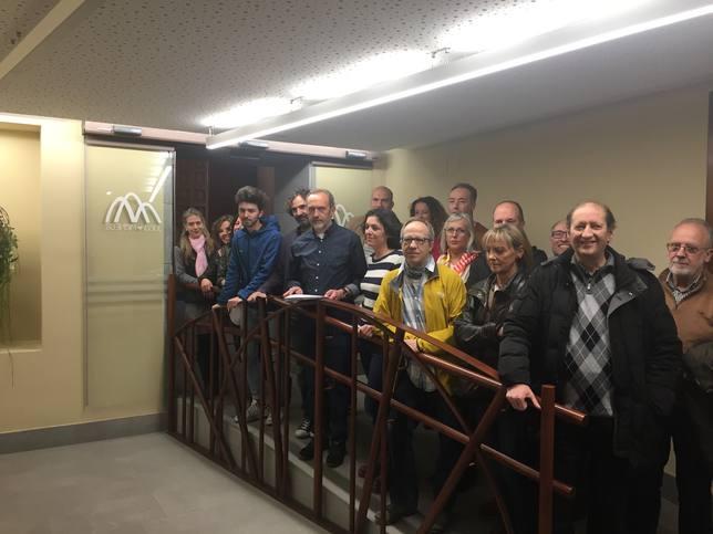 Los miembros de la lista de Chunta en el hall del Ayuntamiento de Jaca