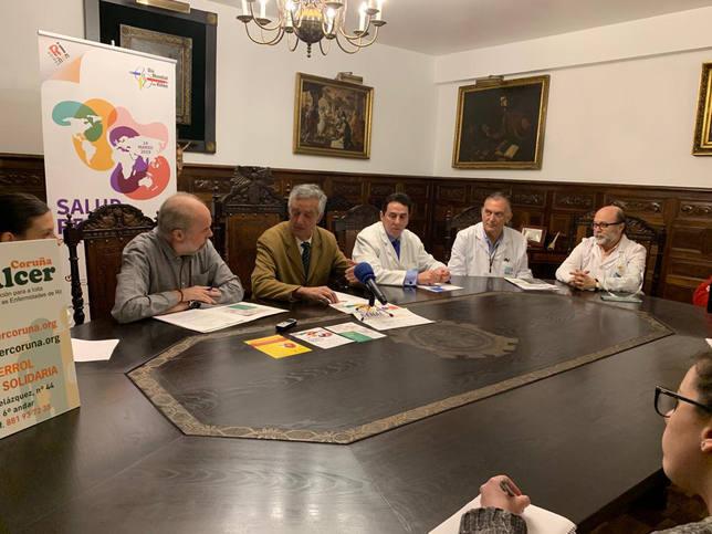 El presidente de Alcer Coruña con responponsables del Hospital Juan Cardona