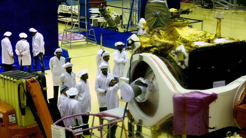 Científicos de la Organización de Investigación Espacial India trabajan en el vehículo lunar Chandrayyan-2