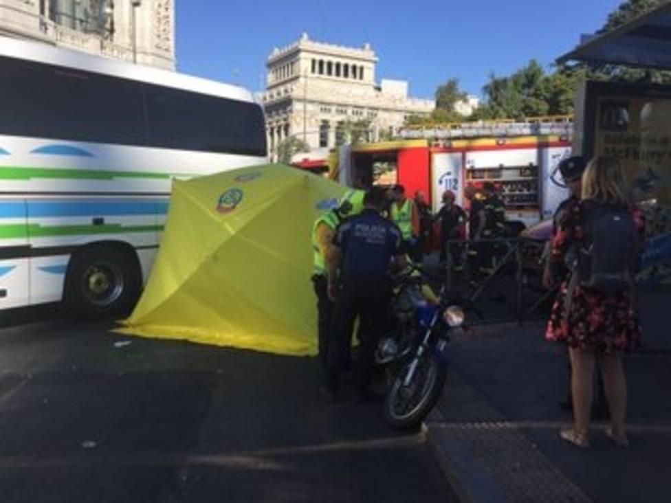 Muere una motorista arrollada por un autocar en la plaza de Cibeles