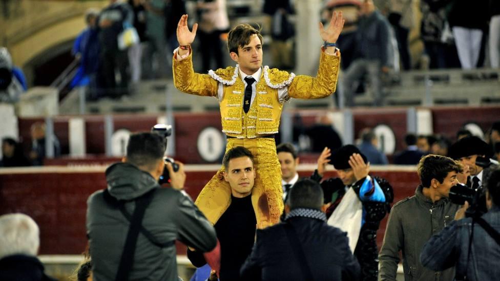 José Fernando Molina en su salida a hombros este jueves en Albacete