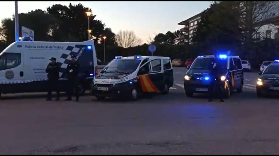Agentes de la Policía Nacional y Local de Ferrol ante el Hospital Arquitecto Marcide - FOTO: P. L. de Ferrol