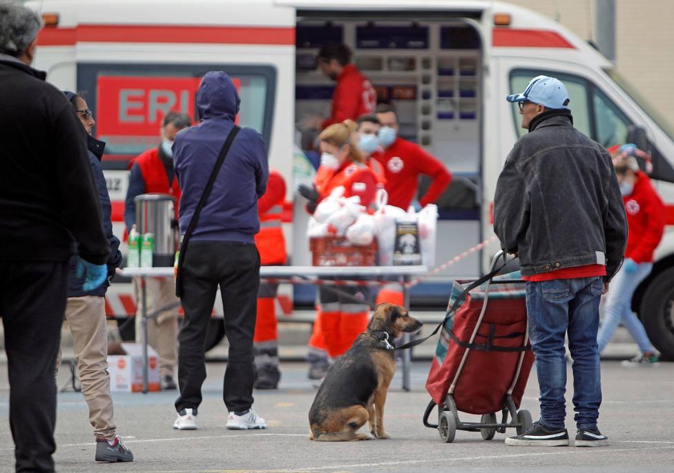 Personas sin hogar de Alicante reciben atención por parte de Cruz Roja