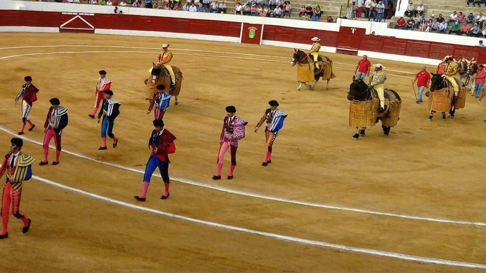 Paseíllo en la plaza de toros de Consuegra (Toledo)