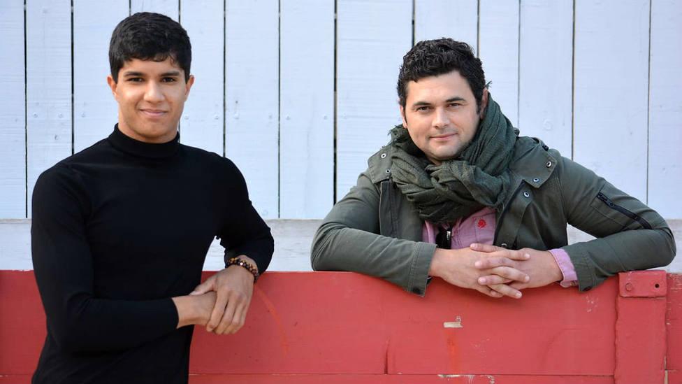 El novillero francés Adam Samira junto a su nuevo apoderado, Román Pérez