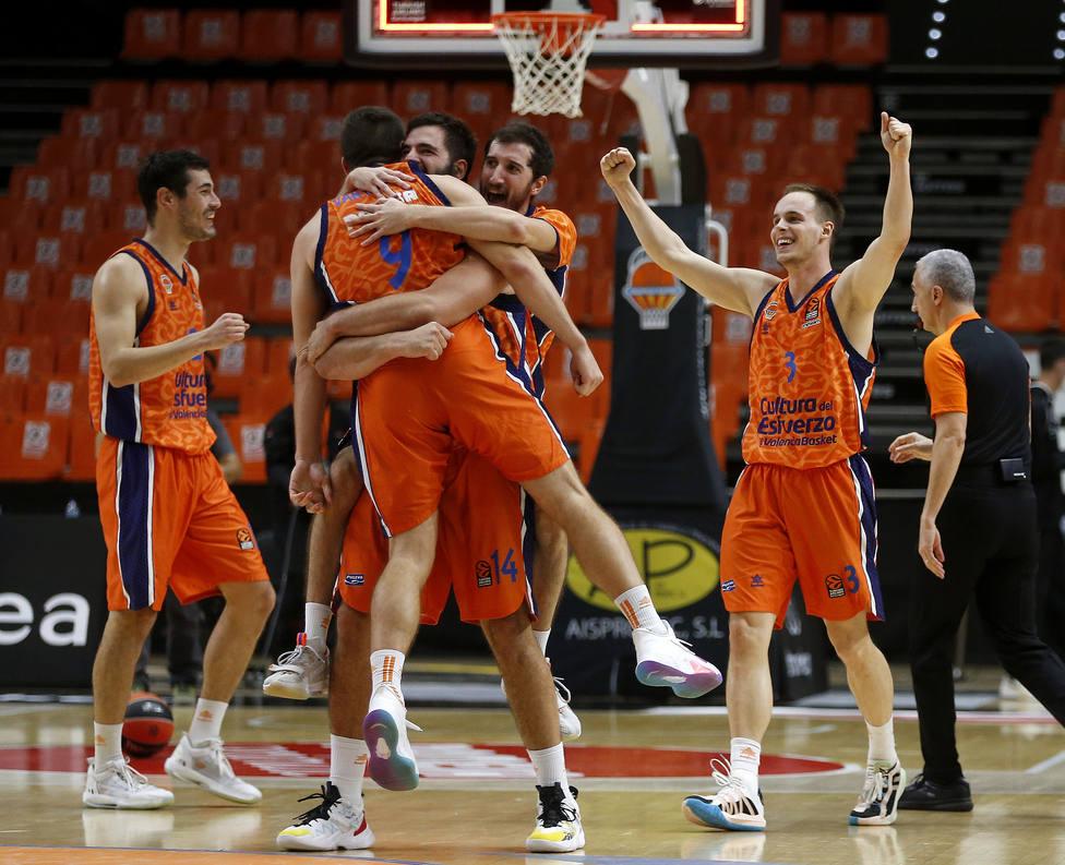 Dubi abraza a Van Rossom, protagonistas de la jugada final