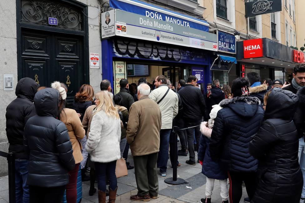 Cola en la administración de Loterías Doña Manolita de Madrid