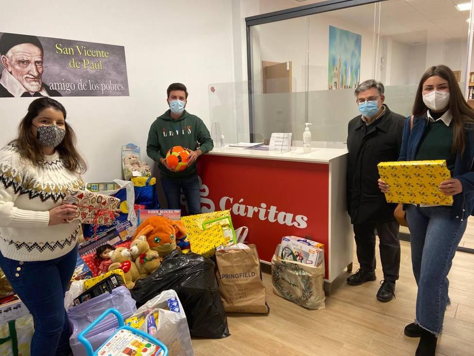 Nuevas Generaciones Águilas entrega a Cáritas más de 350 juguetes recogidos solidariamente por Navidad