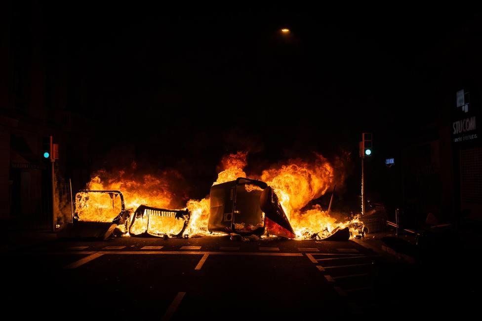 Un contenedor incendiado por los manifestantes que apoyan a Pablo Hasel - David Zorrakino - Europa Press