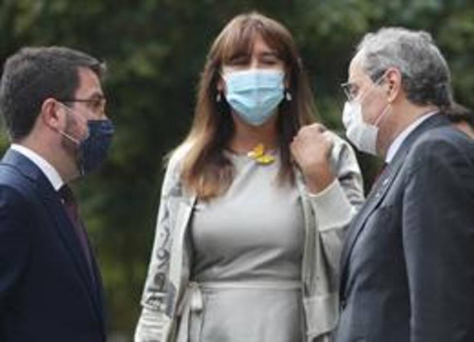 Pere Aragonès, Laura Borràs i Quim Torrà dialogando