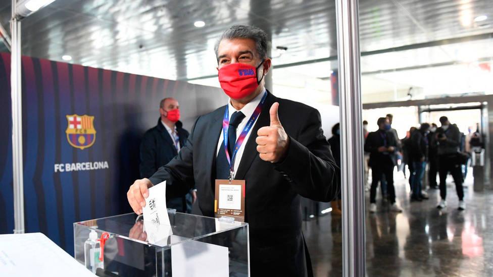 Joan Laporta vota en las elecciones presidenciales del Barça en 2021