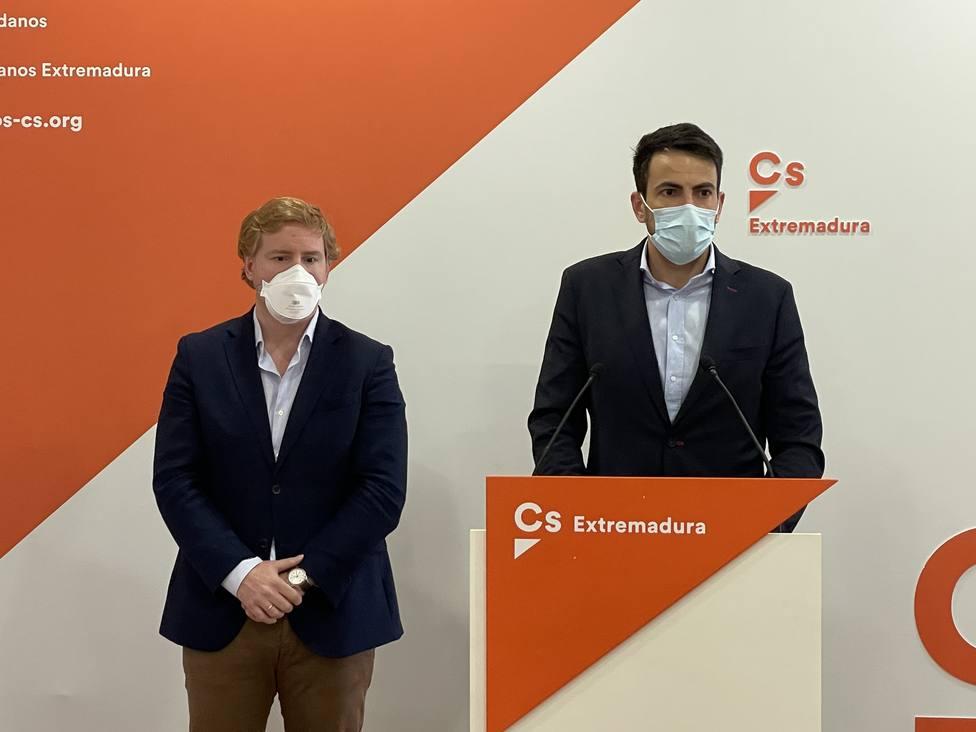 David Salazar, líder de Cs Extremadura, e Ignacio Gragera, teniente alcalde de Badajoz, en rueda de prensa