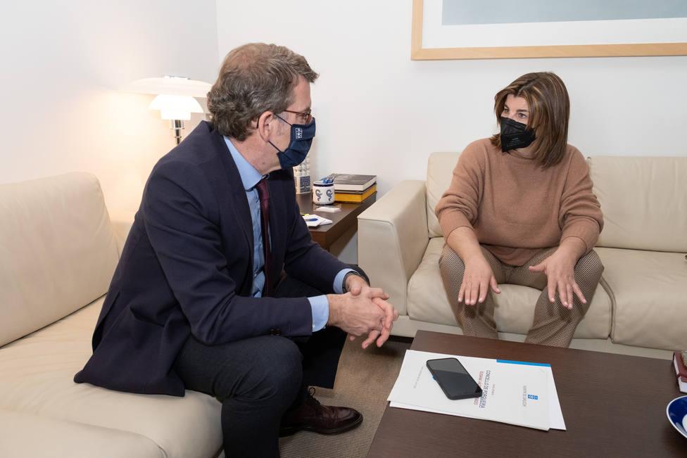 O presidente da Xunta recibe no seu despacho á alcaldesa de Porqueira