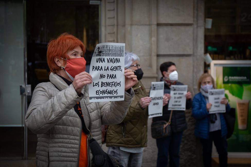 Una mujer sostiene un cartel reclamando un acceso igualitario a las vacunas - David Zorrakino - Europa Press