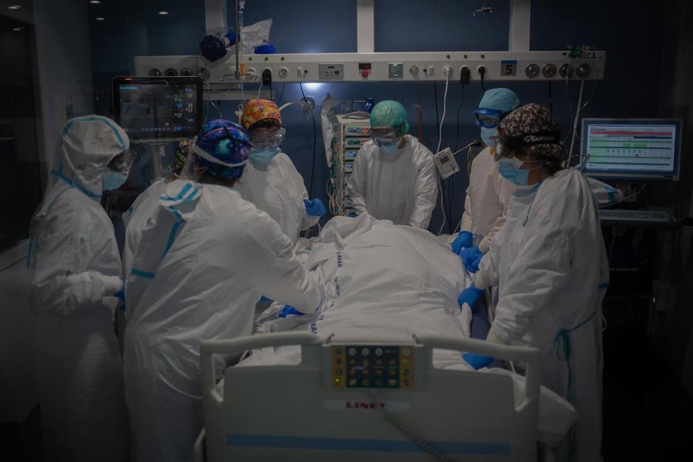 Trabajadores sanitarios protegidos atienden a un paciente en la UCI - David Zorrakino - Europa Press - Archivo