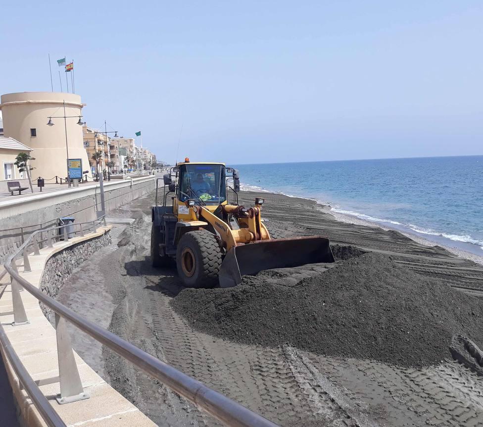 Costas inicia el mantenimiento de las playas de Almería afectadas por los temporales