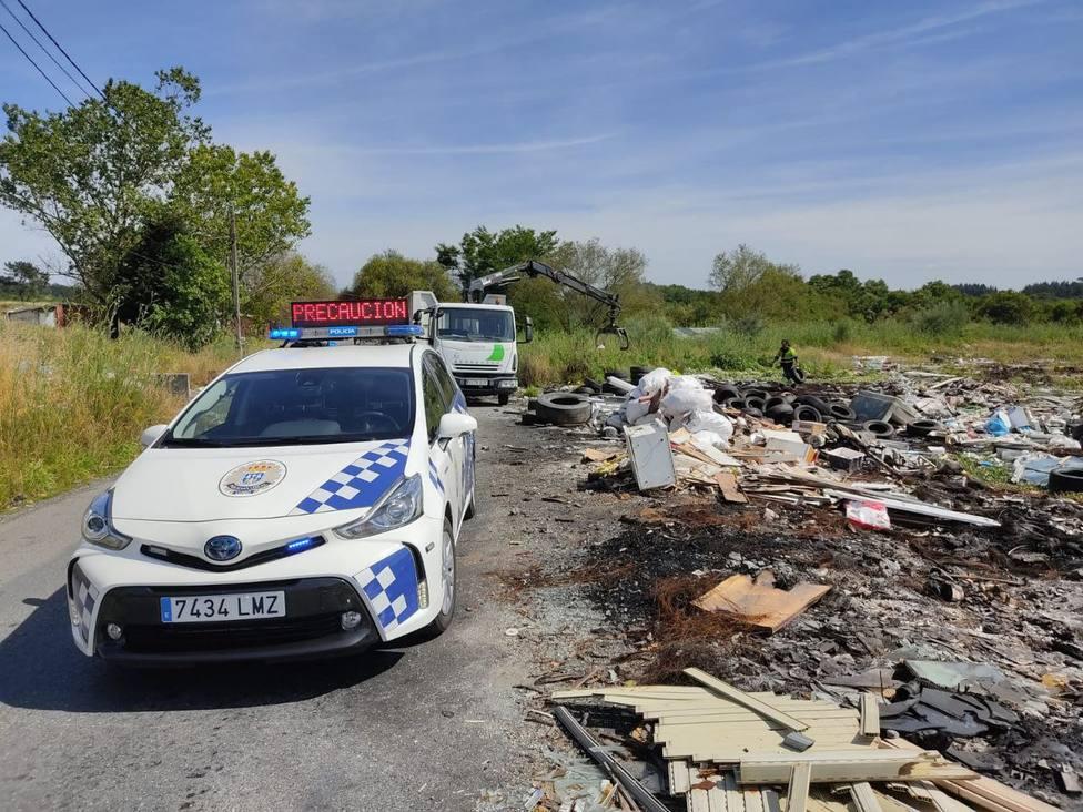 Agentes de la Policía Local en el poblado de O Carqueixo