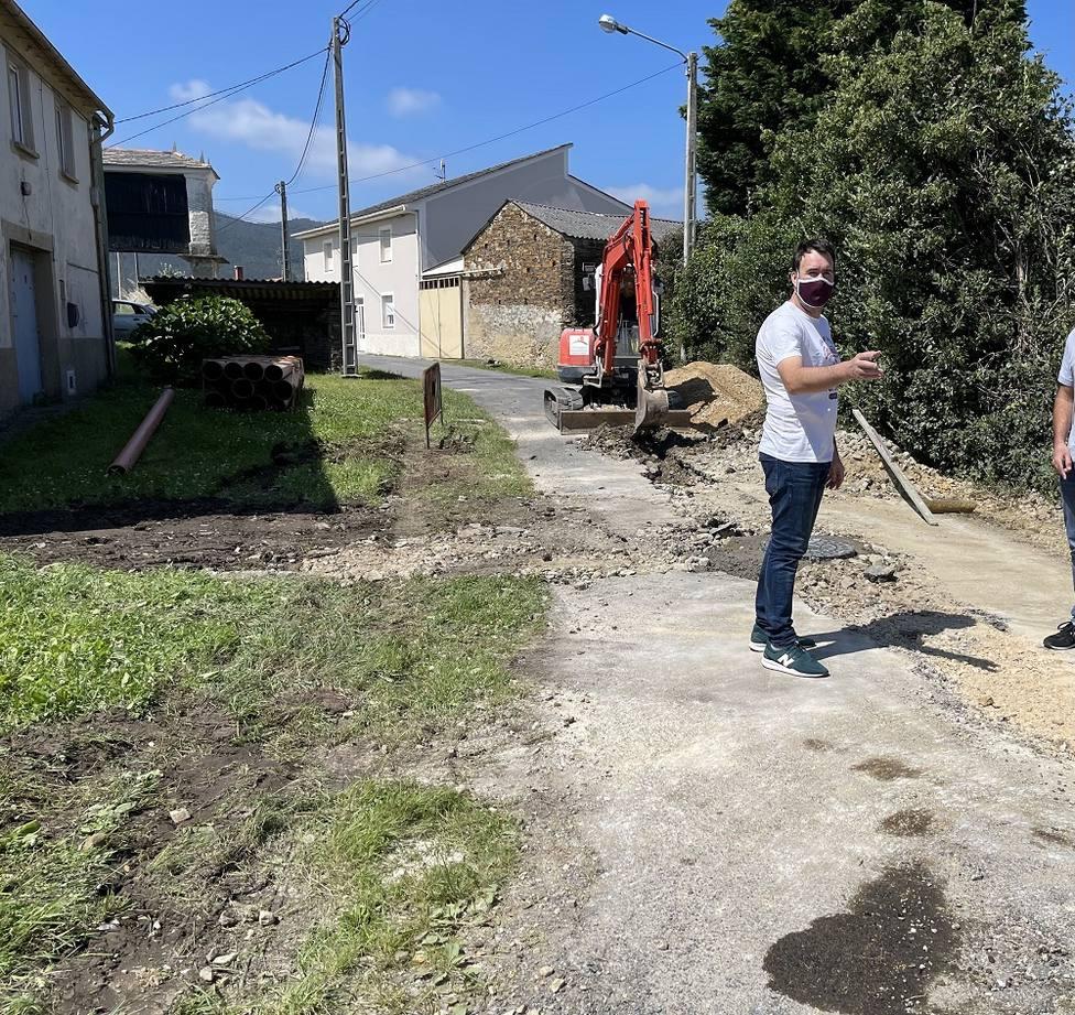 El concejal de Medio Rural visita las obras de saneamiento en Vilaframil (Ribadeo)