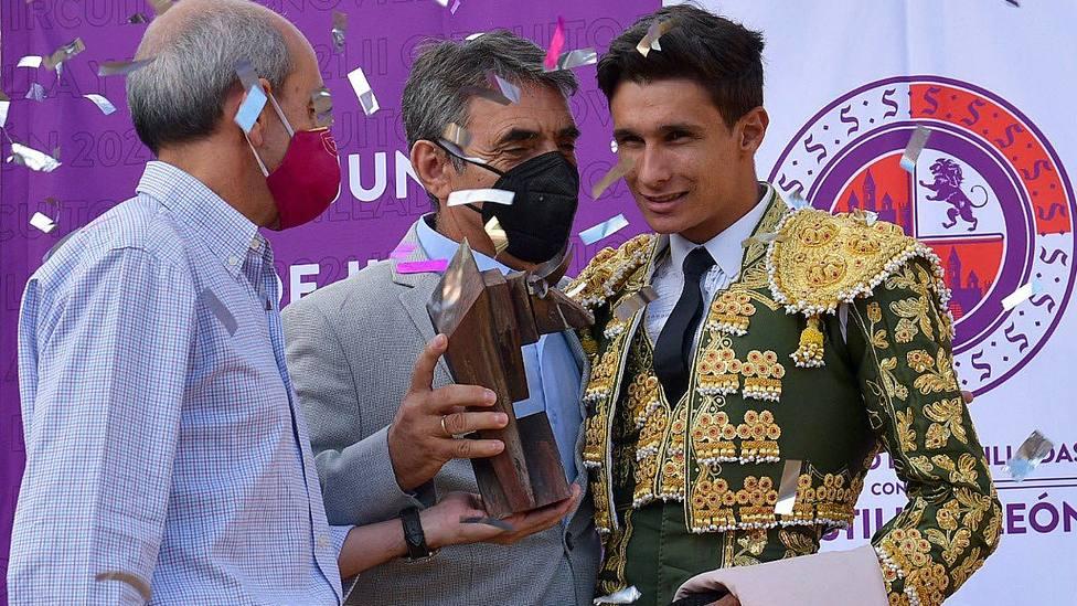 Manuel Diosleguarde recogiendo el trofeo de triunfador del Circuito de manos de Victorino Martín