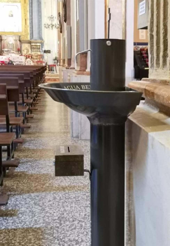 La iglesia de Olías se equipara a Fátima y Lourdes e incorpora un dispensador de agua bendita para evitar contagios