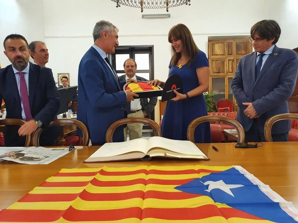 Puigdemont y Borràs visitan el Ayuntamiento de Alguer, en Cerdeña, para trasladar su gratitud