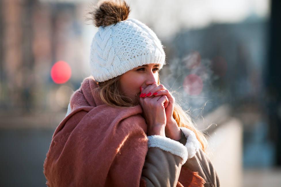 Un estudio revela la razón evolutiva por la que las mujeres sienten más frío que los hombres