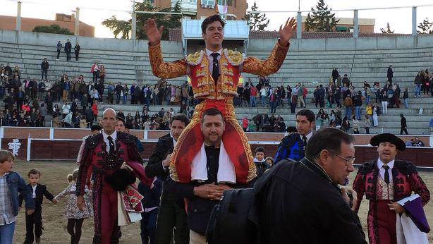 Álvaro García en su salida a hombros el pasado año en San Sebastián de los Reyes
