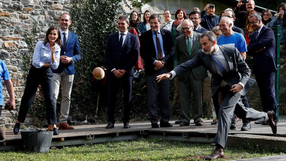 El rey Felipe VI participa en un lanzamiento del bolo vaqueiro en Moal (Asturias)