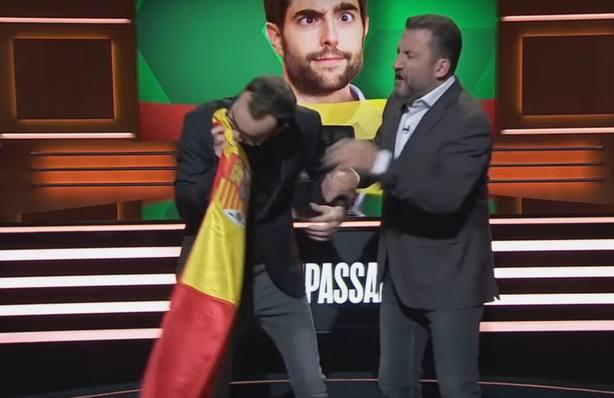 El programa de TV3 que se solidarizó con Dani Mateo esnifa la bandera de España