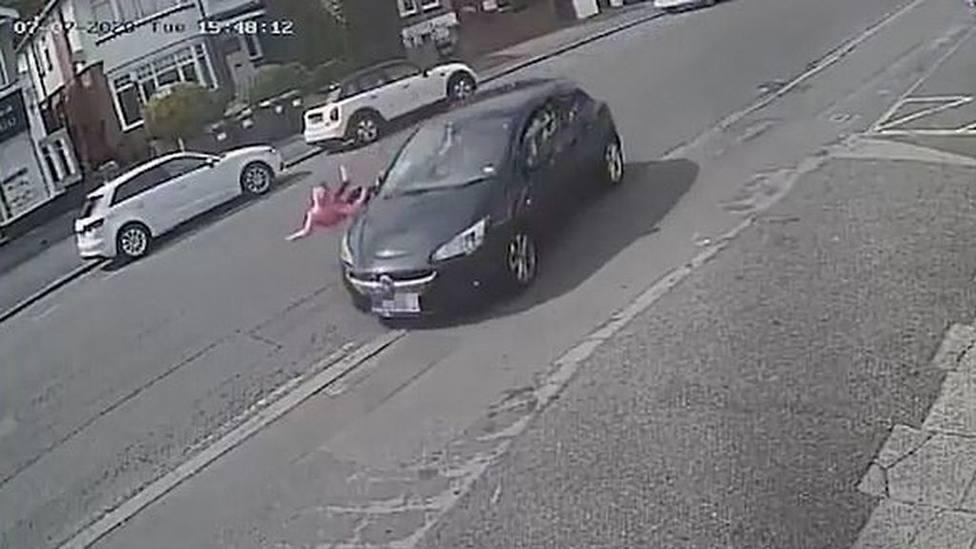 Una niña de 11 años es arrollada por un coche al cruzar la calle sin mirar