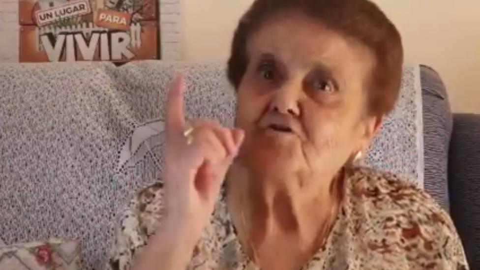 La abuelita extremeña que advierte sobre el uso de la mascarilla: Si no vas a la moda es porque no quieres