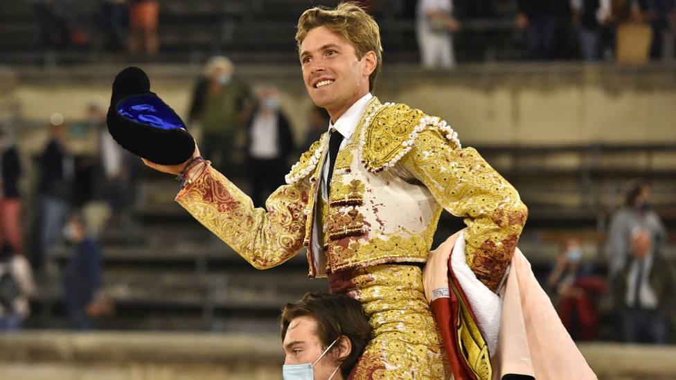 Juan Leal en su salida a hombros este sábado en el Coliseo de Nimes