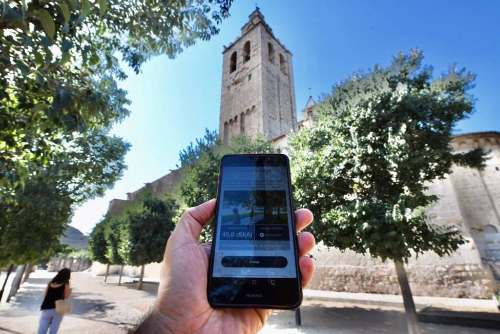 Un movil registra el ruido ambiental en el monasterio de Sant Cugat del Vall�s, en Barcelona, en el marco de las actividades del Congreso Catalán de la Acústica (Acusticat).