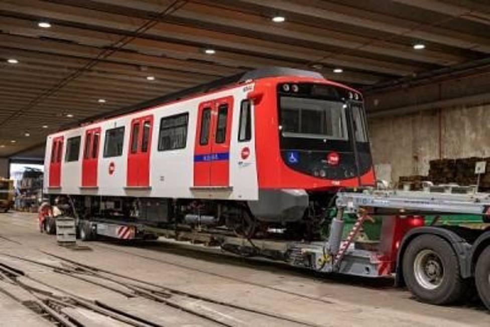 TMB recibe el primero de los cuatro trenes que reforzarán la L1 de Metro